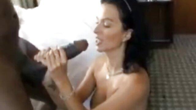 Tanned mulatto dengan tato di pantatnya memberikan fuck untuk janda bohay bokep pangsit memasak.